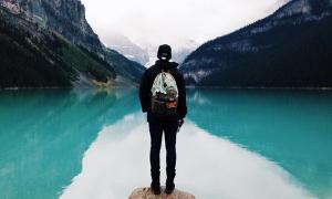 lago montagna inverno persona